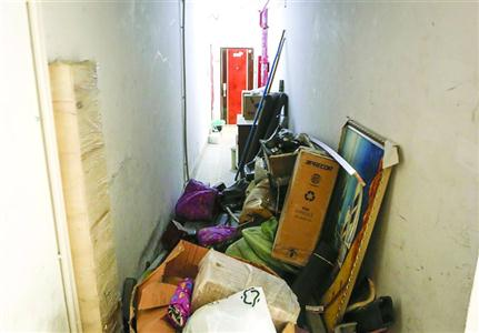 The corridor is cluttered with clutter